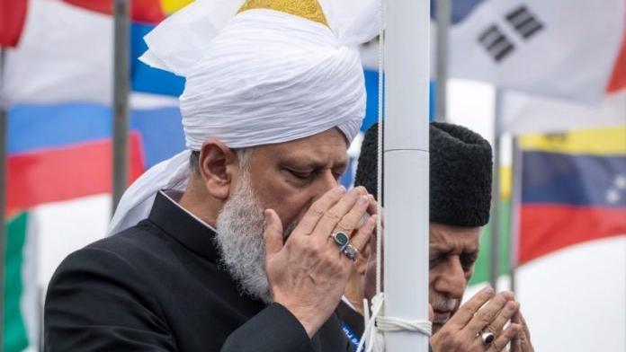 Müslüman Ahmediye Cemaati Norveç saldırılarının kurbanları için duada bulunuyo