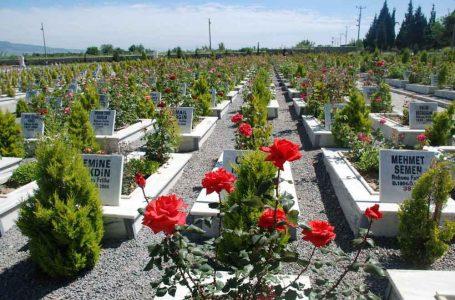 Mezarlara çiçek koymak caiz midir?